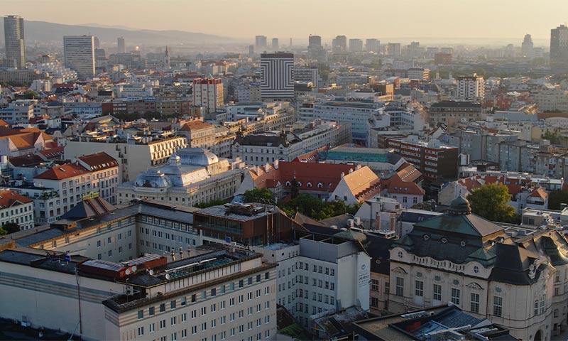 Záber z dronu na mesto strechy fotenie