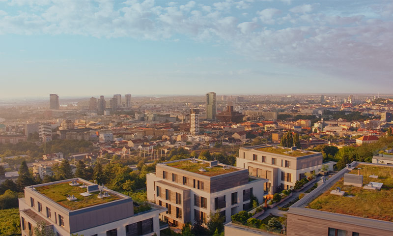 Záber z dronu na mesto
