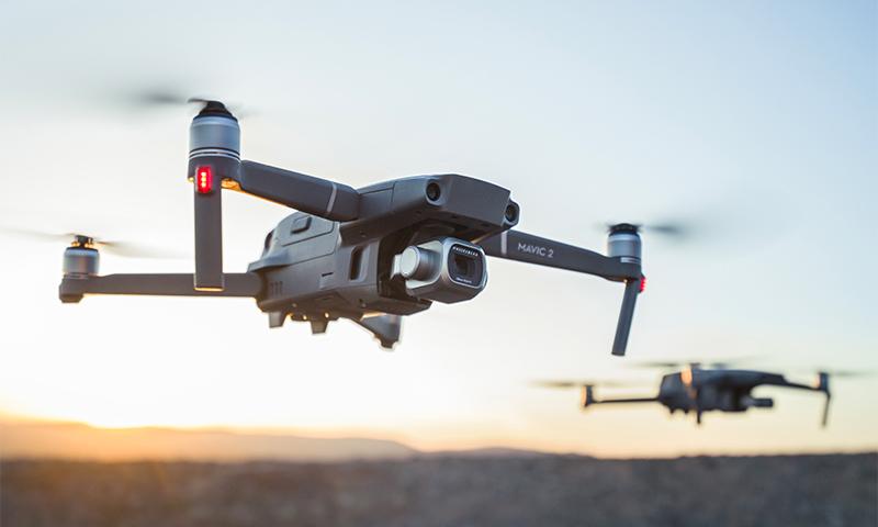 2 drony DJI Mavic 2 PRO/ZOOM lietajúce pri západe slnka